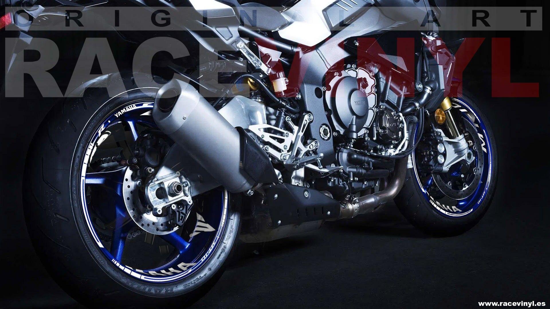 Yamaha MT09 con los vinilos blancos sobre llanta azul